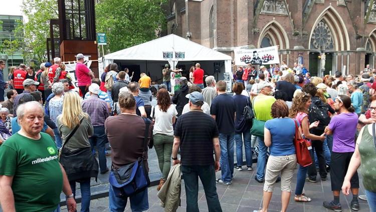 Een foto door Arno van der LInden op de site van de Omroep Brabant. Links vooraan, met buikje en groen Milieudefensie-Tshirt, ben ik