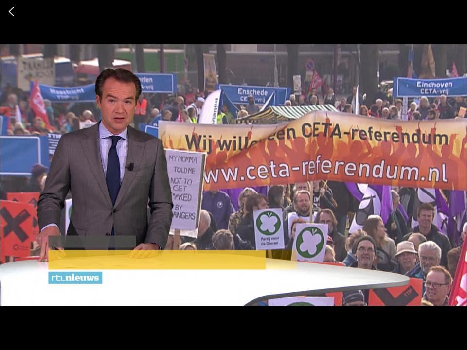 Foto van de demonstratie in Amsterdam op 22 okt 2016. OP de achtergrond, maar goed zichtbaar, het Eindhovense spandoek. Ik zit aan een van de stokken vast.