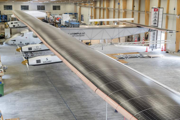 De Solar Impulse 2 in de hangar