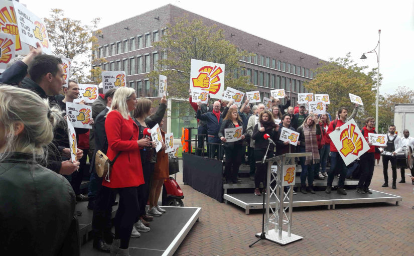 SP protesteert bij Shell en dient vijf eisen in
